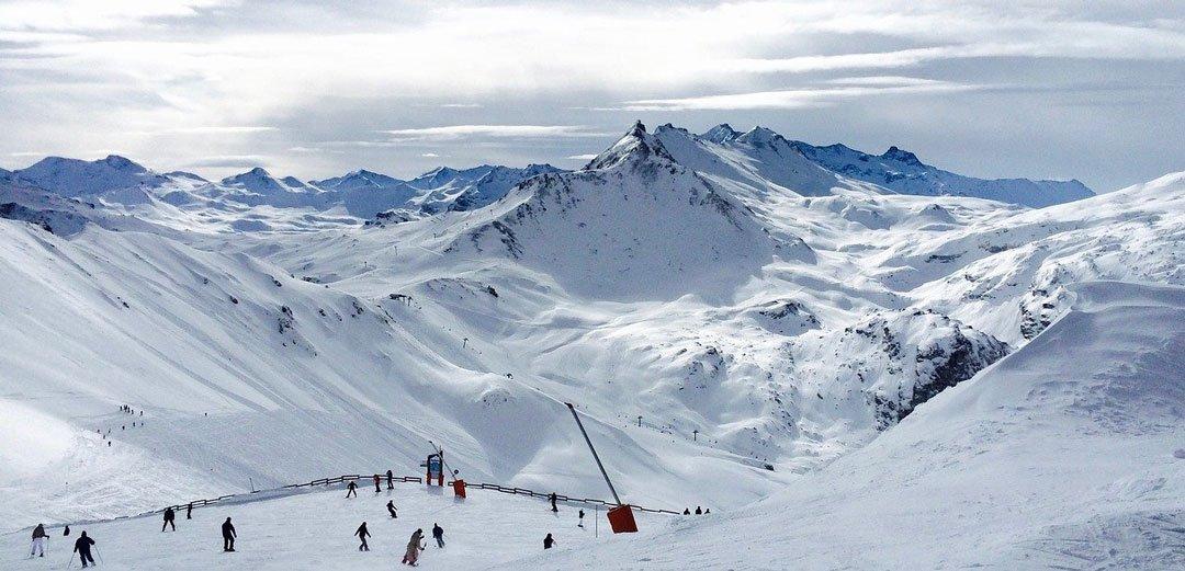 Packliste-für-den-Winterurlaub---Skifahren-in-den-Bergen