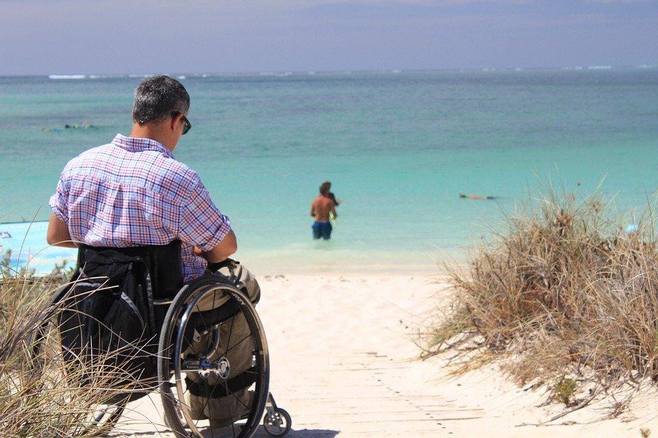 Mann im Rollstuhl am Strand