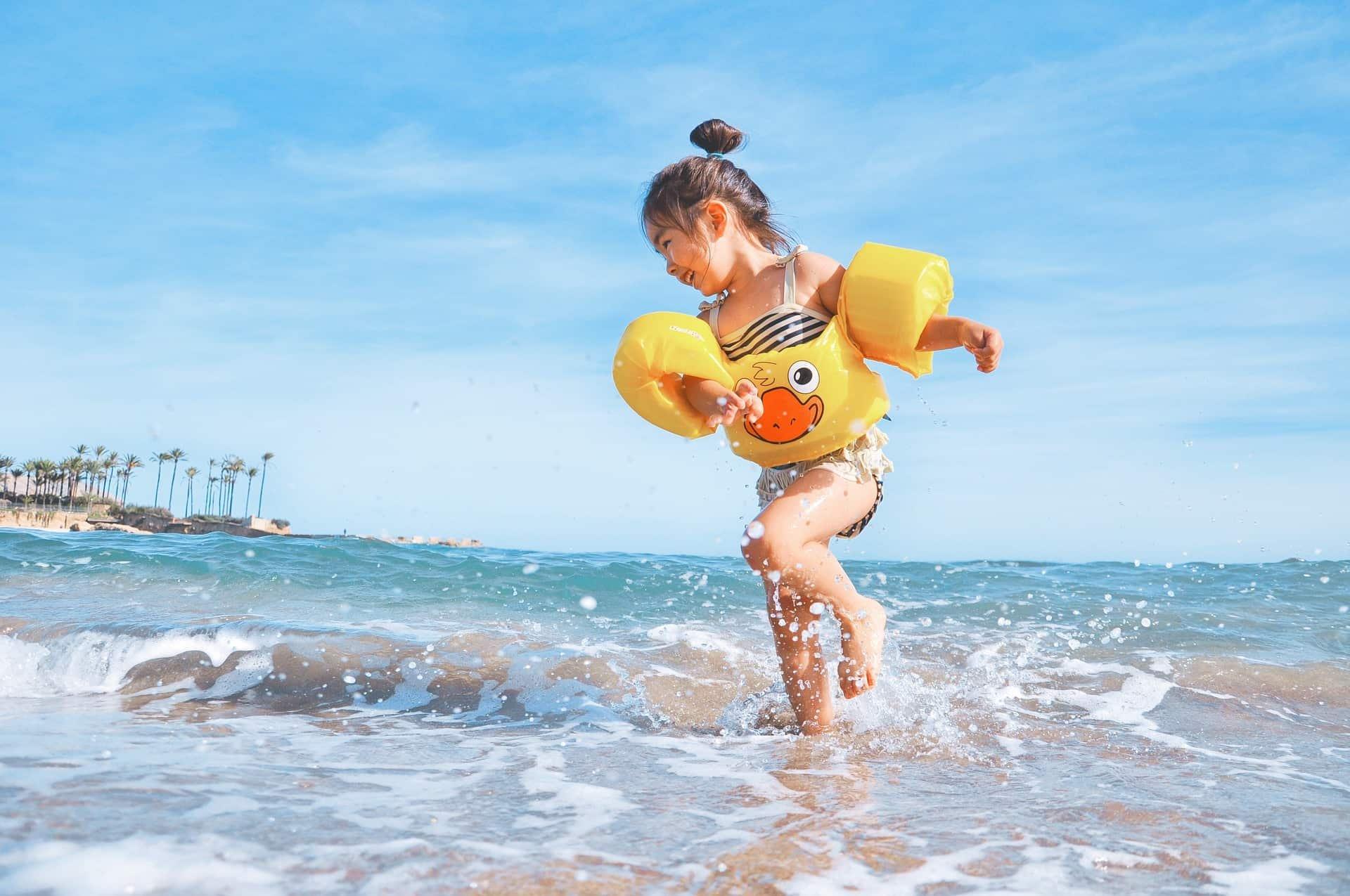 Kind spielt am Meer