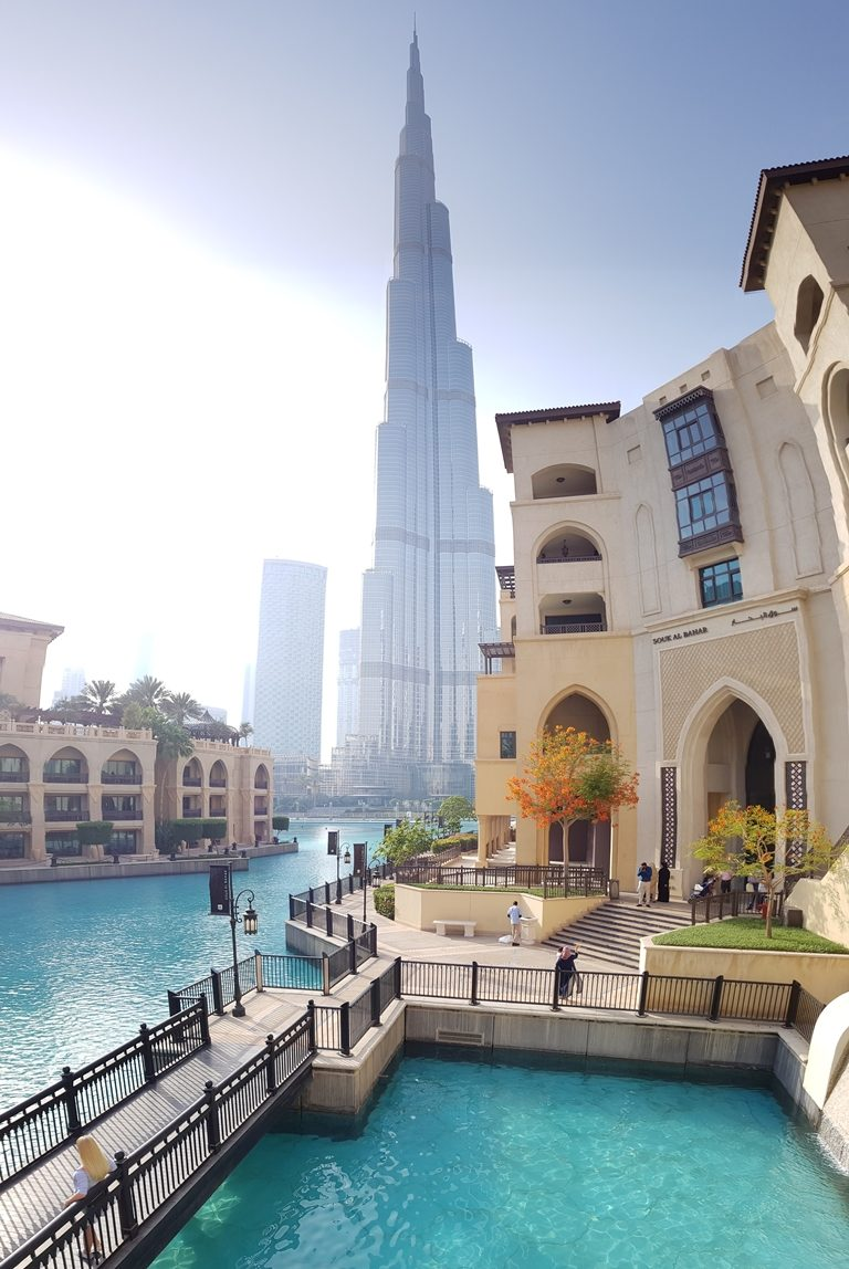 Unglaubliche 828 Meter ragt der Wolkenkratzer Burj Khalifa in die Höhe und ist zurecht das höchste Bauwerk der Welt.