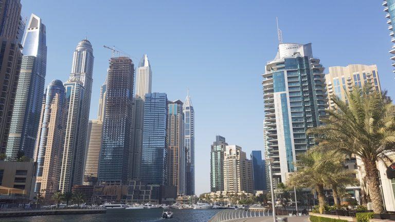 Die Promenade der Dubai Marina mit Blick auf die beeindruckenden Wolkenkratzer lädt zum Schlendern und Staunen ein.