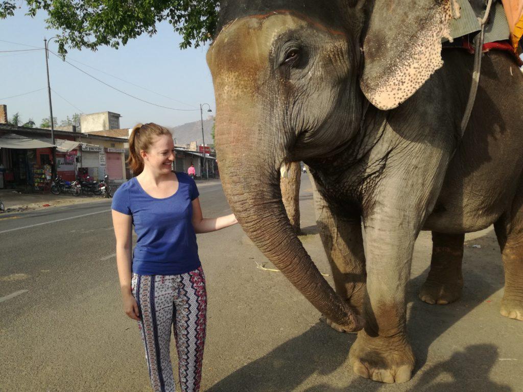 Isabelle mit Elefant in Indien