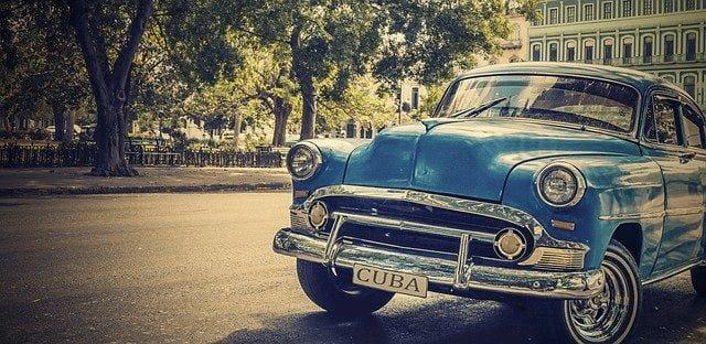 Blaues Auto in Kuba