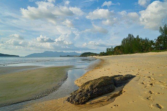 Weitläufige Küste in Malaysia
