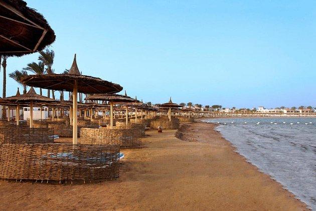 Der Sandstrand des Jungle Aqua Park Resorts ist in unmittelbarer Nähe